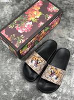 neue designer-sandalen großhandel-Neue Luxus Designer Mens Womens Sommer Sandalen Strandrutsche Luxus Hausschuhe Damen Designer Schuhe Druck Leder Blumen Biene 36-46 Mit Box