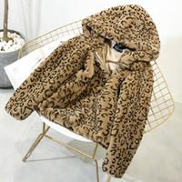 lindos abrigos cortos al por mayor-Nuevo otoño e invierno con capucha de leopardo corto de felpa de terciopelo grueso abrigo de piel de conejo de imitación gran tamaño abrigo moda lindo envío gratis