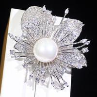blinkende broschen großhandel-Koreanische Perlenbrosche Mode weiße Blumen blitzen coole coole einfache Brosche zur Verbesserung des Temperaments