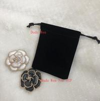 cadeau broche perle achat en gros de-Nouveau magnifique Camellia Broche De Mode luxe C Marque Symbole De La Mode En Nylon Brodé Perle Décorer Accessoires De Mode Partie Cadeau Avec Sac De Velours
