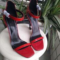europäische damen sandalen großhandel-Die neue europäische Luxus-Stil klassische Sandaletten Dame Schuhe Paris Supermodel Laufsteg Schnalle Gummi Laufsohle
