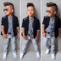 caballero abrigo niño al por mayor-Traje de caballero 2019 para niños pequeños + camisa a cuadros + jeans 3 piezas de ropa Conjuntos para niños diseñador boutique de ropa para niños Trajes C6285