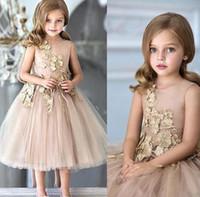 için çay prenses elbiseleri toptan satış-Bir Çizgi Prenses Kısa Çiçek Kız Elbise ile Kolsuz Altın Dantel Aplike Düğün Parti Çay Boyu Çocuk Doğum Günü Elbiseler çocuklar balo elbise
