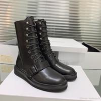 low heel kampfstiefel großhandel-Designer Black Martin Buckled Boots Kalbsleder Middle Boots Schuhe Frauen Round Head Low Heel Combat Booties Schuhe 3cm mit Box DHL geben Schiff frei