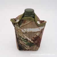 tapas de botellas de tela al por mayor-Brigada militar Botella de agua Botellas de plástico Cubierta de tela de camuflaje Deportes al aire libre Campamento de regalo portátil 1L 11jqf1