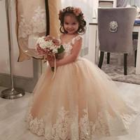 fajín vestido de dama de honor champán al por mayor-Champagne Princesa Vestidos largos para niñas de flores para la boda Perlas de dama de honor Sash Apliques Tul vestido de fiesta de cumpleaños infantil