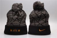 moda de invierno para hombre de moda al por mayor-Marca de invierno de lujo Beanie con letras para hombre para mujer cráneo gorras diseñador de moda Bonnet cálido sombrero de punto venta caliente sombrero de invierno