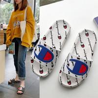 sandalias de plataforma para mujer al por mayor-Champion para mujer para hombre Sandalias de diseñador de lujo Zapatillas de marca de verano Mulas Slip On Flip Flop Plataforma Sandalia Playa Zapatos de baño de lluvia A52406