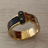 ingrosso gioielli per il commercio-Serie di gioielli in acciaio di titanio V lettera incisa a fiore a quattro foglie anello a tutto campo Coppia di uomini e donne di commercio estero