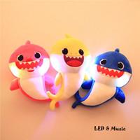 tiere spielzeug für kinder großhandel-3 farben 32 cm baby shark plüschtier cartoon gefüllt mit niedlichen tier weichen puppe musik licht emittierende shark kinder plüschtiere cca11726 75 stücke