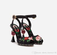 gladiator high heels sandalen schwarz großhandel-2019 Spring Collection - Bedruckte Rose High Heels, Blumensandalen mit rosafarbener skulpturaler Ferse, Schwarze Charmeuse Damen Pumps