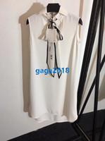 weißes hemd schwarzer rock großhandel-Seidenhemdkleid Revershalsschal-Buchstabedruckes der weißen Frauen / schwarzen sleeveless Weste Midi-Rocksommer 2019 Mailand-Laufbahnkleid
