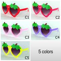vasos de frutas al por mayor-Nueva Fruit Kids Gafas de sol en forma de fresa Marco de corte Niños Gafas de sol Estilo piña Fruit Party Eyewear Wholesale