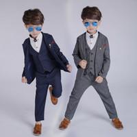 los niños se visten para las bodas al por mayor-Nueva llegada Moda Niños Niños 3PCS Blazers Boy Suit For Weddings Prom Formal Primavera Otoño Gris / Azul 3PCS Vestido de boda Boy Trajes