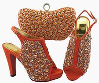 keile 12cm ferse großhandel-Wunderschöne korallenrote Damen Pumps und Tasche mit buntem Kristalldekor passend zur Handtasche für Kleid QSL005, Absatz 12cm
