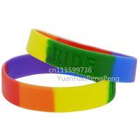 regenbogen-armbänder großhandel-50pcs / lot Regenbogen-Farben-homosexueller STOLZ dünnes debossiertes Silikon-Armband-Armband