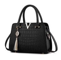 дамские кожаные бахромовые сумки оптовых-Женская мода Крокодиловая кожа V буквы Дизайнерские сумки Роскошное качество Леди Плечо Сумка через плечо с бахромой Сумка