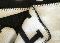 couvertures de literie achat en gros de-Lettre H Couverture En Cachemire Crochet Doux En Laine Écharpe Châle Portable Chaud Plaid Canapé-Lit Polaire Tricoté Throw Towell Cape Rose Couverture