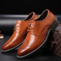 zapatos de cuero marrón para hombres al por mayor-Pisos de hombre Zapatos de vestir de cuero genuino Brogue Oxford con cordones de verano zapatos casuales masculinos negro marrón más el tamaño 38-47