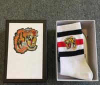 ingrosso famoso inverno-4 paia / scatola calze sportive di lusso in cotone uomo tigre progettista di pisello lavorato a maglia stile famoso mens calze divertenti bianco nero grigio calze mens inverno