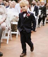 niños chaleco personalizado al por mayor-Traje formal para el hombre del portador del anillo negro Esmoquin Niños para el banquete de boda en la playa Traje de niños Conjunto de niño joven (Chaleco + Pantalones + Chaleco + Arco) Por encargo