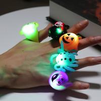 luces parpadeantes luces al por mayor-Regalos anillo de dedo de Halloween de Halloween del centelleo de luz LED luces de calabaza Bat cráneo luminoso anillo para el partido de Halloween juguete