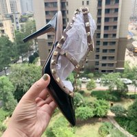 remache de aguja estilete al por mayor-Nueva patente negro remaches clava zapatos de los tacones 2,019 mujer dama de la moda las mujeres de envío de las bombas de dedos del pie Poined Correa tacones de aguja sandalias de los zapatos