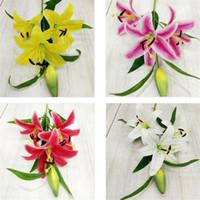 fausses fleurs de lys rose achat en gros de-Faux lis (4 têtes / pièce) impression 3D artificielle lis lis blanc / rose / jaune / violet pour mariage centres décoratifs fleurs décoratives artificielles