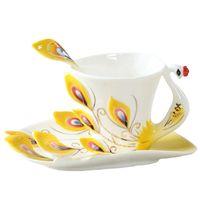 фарфоровый набор из фарфора оптовых-Creative 1 Set Peacock Кофейные кружки Блюдце, керамические кружки Bone China 3D Цветная эмаль фарфоровая чашка с блюдцем и набором ложек