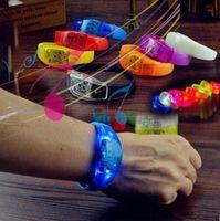 ingrosso braccialetti principali-Braccialetto flash LED Braccialetti luminosi Bagliore notturno a luce controllata Lampeggiante KTV Bar Club Decorazioni luminose per feste di Natale