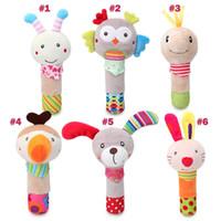 bebekler için tavşan oyuncakları toptan satış-15-18cm bebek oyuncaklar el değnek Peluş oyuncak karikatür hayvan köpek baykuş tavşan arı eli rocker oyuncak bebek el çanı toptan