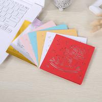 kırmızı beyaz kağıt toptan satış-Kırmızı Beyaz Sedefli Kağıt Düğün Davetiyeleri Oymak Kare Kutlama Davetiye Basit Moda Taşınabilir Tebrik Kartı Yeni 0 55ypD1