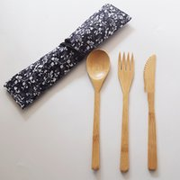 bolsos de estilo japonés al por mayor-Juego de cubiertos de madera de bambú de estilo japonés 3 piezas 1 juego con bolsa de tela Tenedor Cuchillo Sopa Cucharadita Juego de cubiertos Herramienta de cocina KKA7059