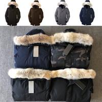 chaqueta larga de piel abajo al por mayor-Los hombres lobo de piel diseñador chaqueta de invierno de los hombres de ganso Chatea Parka Down Jacket Parka Larga Puffer abrigos Abrigo Jaqueta Rojo Negro Label E06