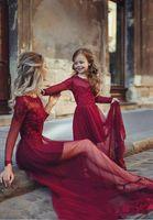 bordo çiçekleri toptan satış-Sevimli Çiçek Kız Elbise Anne ve Kızı Eşleştirme A-line Gelinlik Modelleri Bateau Bordo Uzun Kollu Illusion Tül Uzun Parti Elbiseler