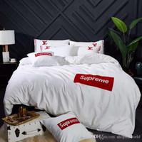 ingrosso biancheria bianca rossa-Biancheria da letto di marca di ricamo ricamo di marca SUP Logo di moda bianco copriletto copriletto 4PCS Rosso bianco design Queen / King Size Set di biancheria da letto