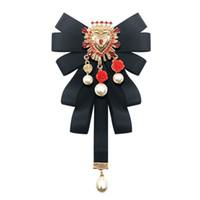 broche de colarinho feminino venda por atacado-Moda New Vintage Tribunal Tecido Pérola Bow Broche Tie RetroWalking Mostrar Colar Bowknot Pinos e Broches para As Mulheres Acessórios