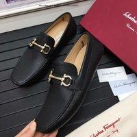 chaussures italie pour hommes achat en gros de-2019 Marque de mode Hommes Moccasin-gommino Italie Loisirs Pliage Conduite Noir et blanc Hommes Robe Chaussures Mocassins Mariage Pour