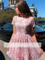 chic dress knielänge großhandel-Chic Rosa Kurze Kleider Mit Rüschen Applique Sheer Neck Knielang Prom Cocktail Party Kleider Vestidos De Festa