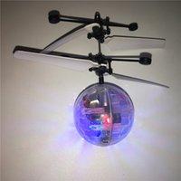 luzes de helicópteros de controle remoto venda por atacado-Brinquedos RC Flying Ball Helicóptero LEVOU Sensor de Iluminação Suspensão Controle Remoto Aeronave piscando whirly Bola Embutidos Shinning Presentes de Páscoa