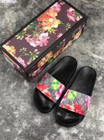 lüks bayan ayakkabıları toptan satış-Lüks Tasarımcı Mens Womens Yaz Sandalet Pantoufles Plaj Slayt Moda Scuffs Terlik Bayanlar Flats Ayakkabı Kaplan Çiçekler Arı Kutusu Ile