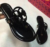 sandália sandália flip flop venda por atacado-2019 nova moda itália verão marca tory chinelos mulheres t-cinta flip flops tanga sandálias designers fivela cinta senhora desliza sapatos femininos