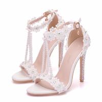 sandalias de tacón de flores blancas al por mayor-Sandalias cristalinas de la manera de las mujeres de la reina de las flores blancas de encaje borlas de perlas nupcial Súper tacón tacones altos fino delgado de zapatos de novia zapatos de boda AB