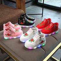 zapatos bordados para niños al por mayor-2018 niños del resorte de Corea del otoño zapatillas de deporte LED luminosos niñas zapatos inferiores suaves de dibujos animados bordado 4 colores zapatos de las muchachas