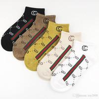 calcetines de secado rapido al por mayor-Moda PINK Letter Calcetines de secado rápido para adultos Calcetines cortos para niñas Calcetines deportivos de animadora Calcetines adolescentes para tobillos Multicolores con papel
