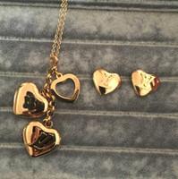 brincos de coração de pêssego venda por atacado-Jóias de titânio de aço V carta de quatro folhas flor pêssego colar de coração oco pingente de coração colar Com brincos brincos conjuntos para as mulheres