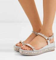 yürüyüş sandaletleri toptan satış-2019Elegant Studs Kırmızı Alt Ayak bileği Askı Kadın Ayakkabı Walking Kadınlar Lady Yüksek Topuklar Lüks Designer Pyraclou takozları Sandalet