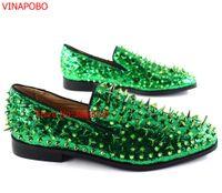 7995cc0a6 Moda Verde Cravado Loafers Sapatos Homens Dedo Do Pé Redondo Bling  Lantejoulas Banque Sapatos De Casamento Mens Slip On Rivers Homens casual  Couro