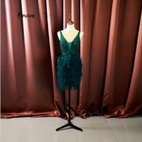 kurze kleidfedern grün großhandel-Finove Prom Dresses 2019 New Style Grün Sexy V-Ausschnitt Backless Tüll Mit Perlen Federn Luxus Party Kleider robe de soiree # 15035 / 201834M