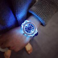 homens vêem luzes led venda por atacado-Luxo Unisex Diamante Luz Da Noite LEVOU Relógio de Genebra de Cristal Luminosa Homens e Mulheres Relógio de Pulso Slicone Banda Rhinestone Relógios de Quartzo